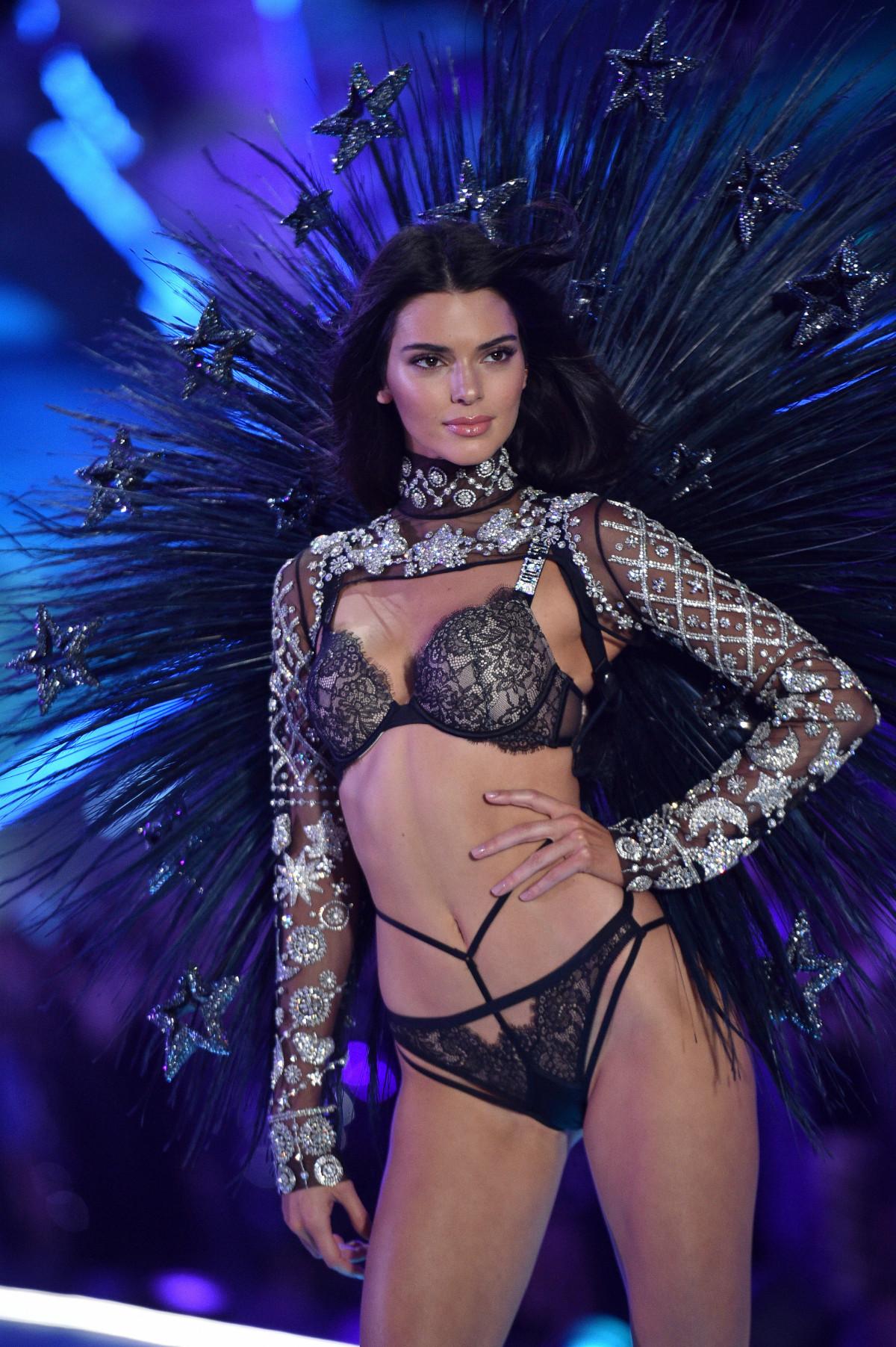 Λαμπερή και πανέμορφη η Kendall Jenner ως Αγγελάκι της Victoria's Secret - Photo: Abaca