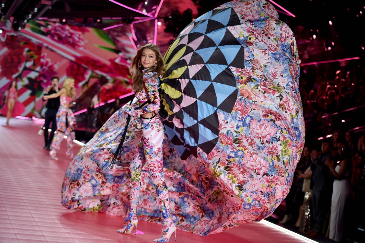 Η Gigi Hadid φορώντας μία χαρακτηριστική δημιουργία Mary Katrantzou - Photo: Abaca